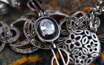 Как носить серебро: правила стильного сочетания