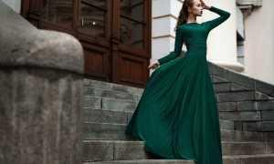 Изумрудное платье: советы по подбору наряда, туфель и аксессуаров