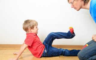 Почему ребёнок дерётся: что делать и как отучить