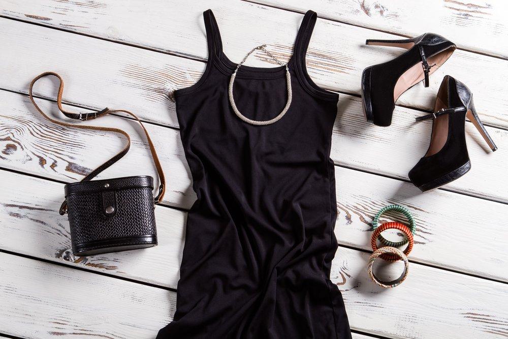 черное платье на брительках, черные туфли на каблуках, черная сумка, крупные браслеты,металлическая цепочка