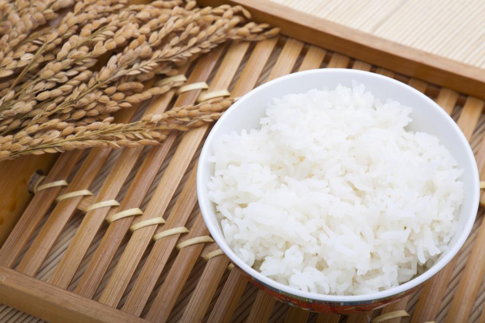 тарелка с вареным рисом