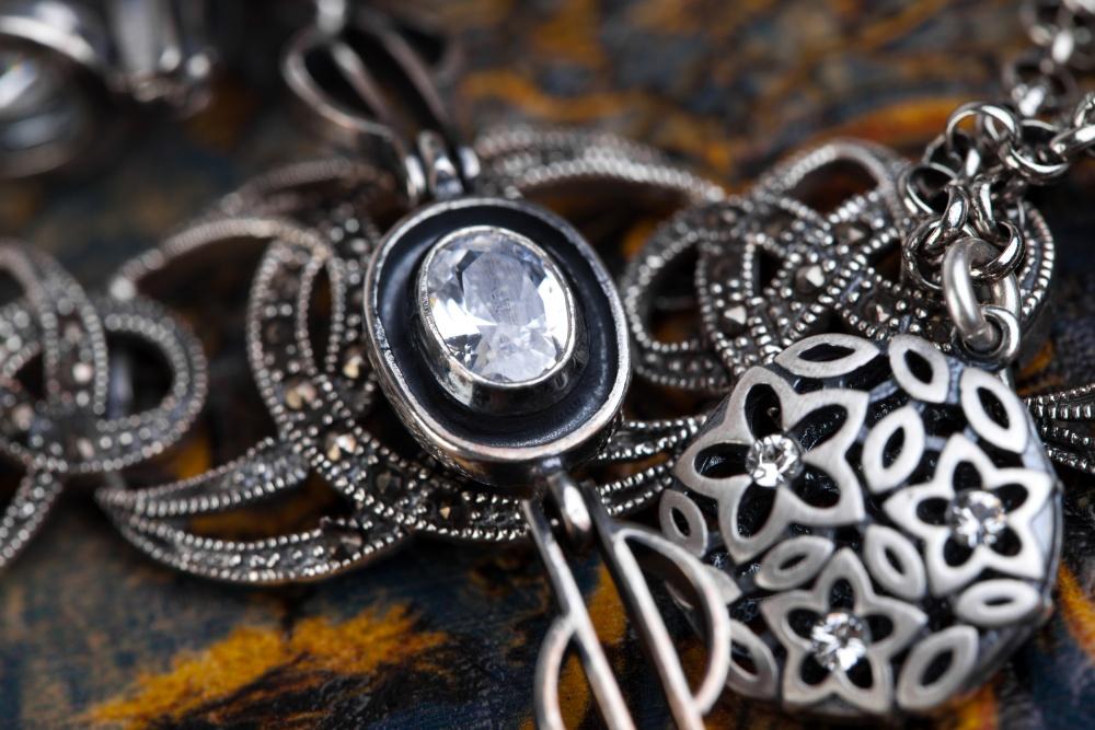 носить серебро в виде украшений с бриллиантами