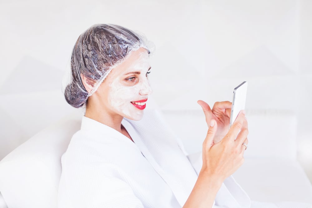 маски с аспирином на лице девушки