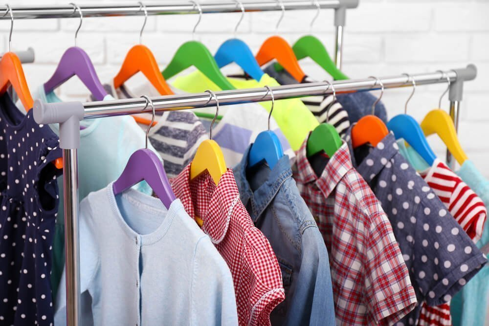 Детская одежда на вешалках