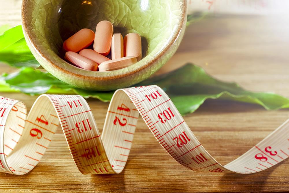 таблетки витаминов и метр