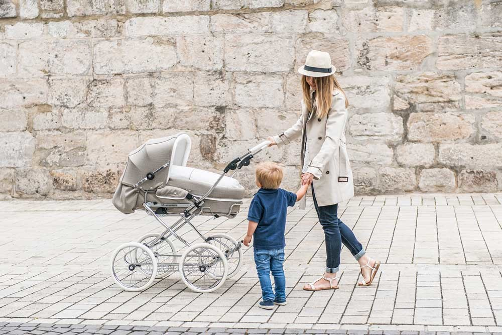 коляска с мамой и старшим братом