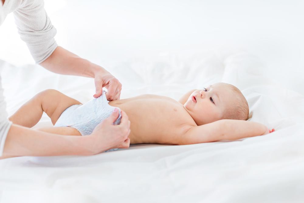 подгузники одевают малышу