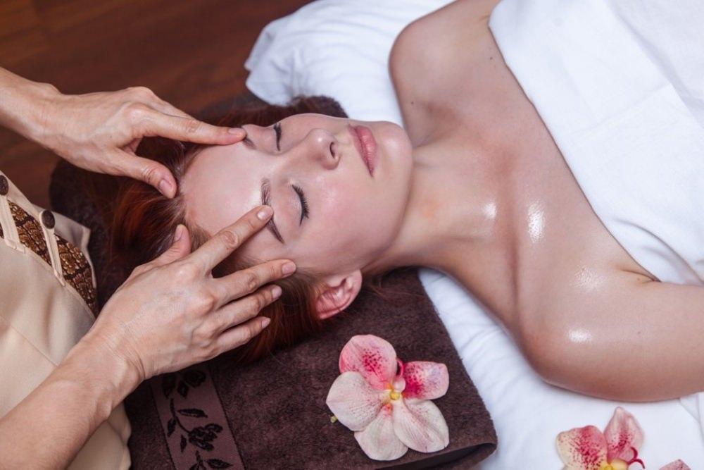 девушки делают массаж асахи на лице