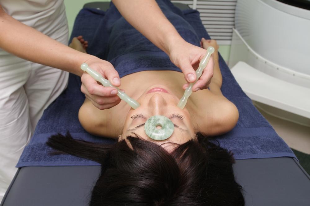 массаж асахи на лице при помощи нефритовых предметов