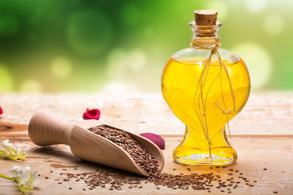 льняное масло в пузырьке и семена льна в ложке