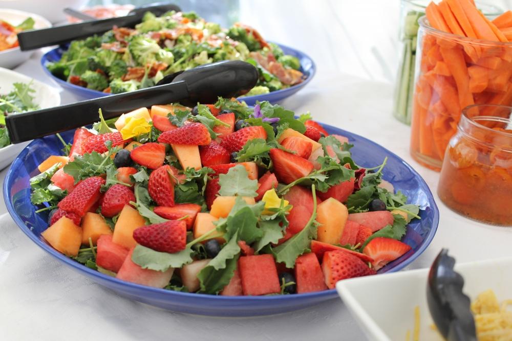 Продукты летом порезаны в салат