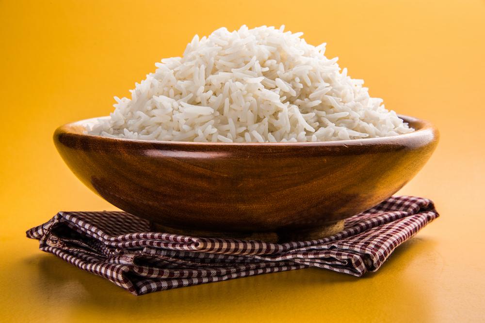 рисовая диета в деревянной тарелке с горкой