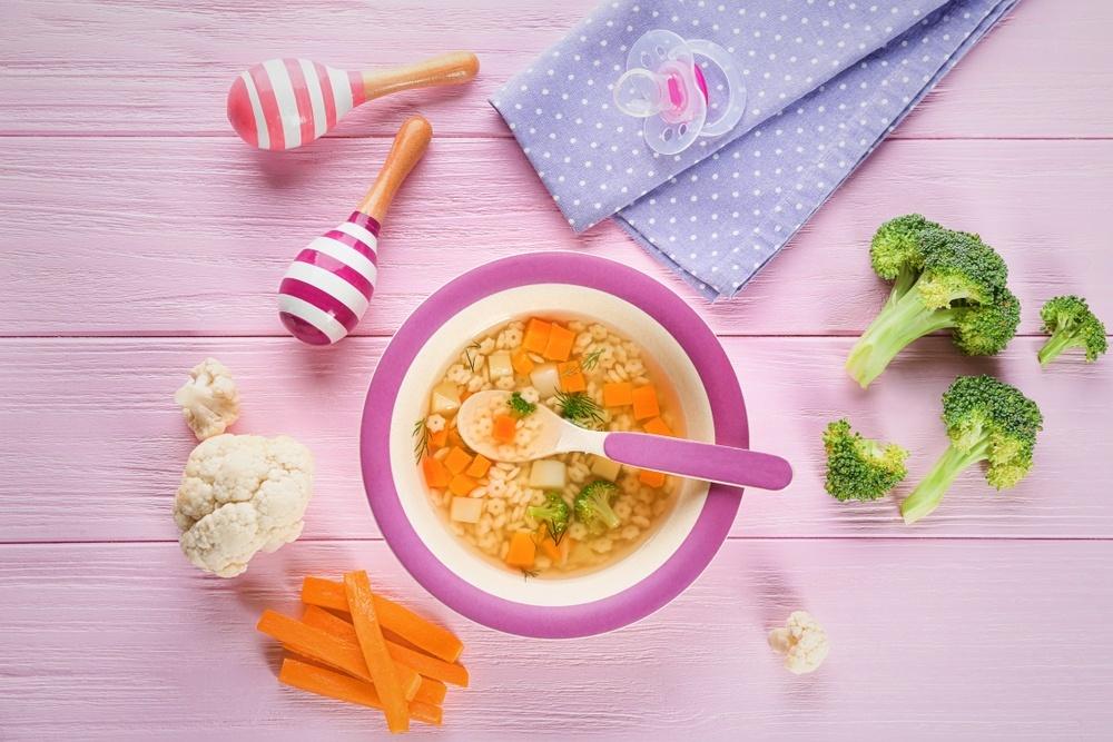 суп в детской тарелке и детской ложкой