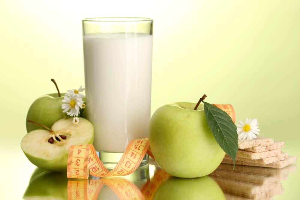 кефирная монодиета в стакане, яблоки и хлебцы