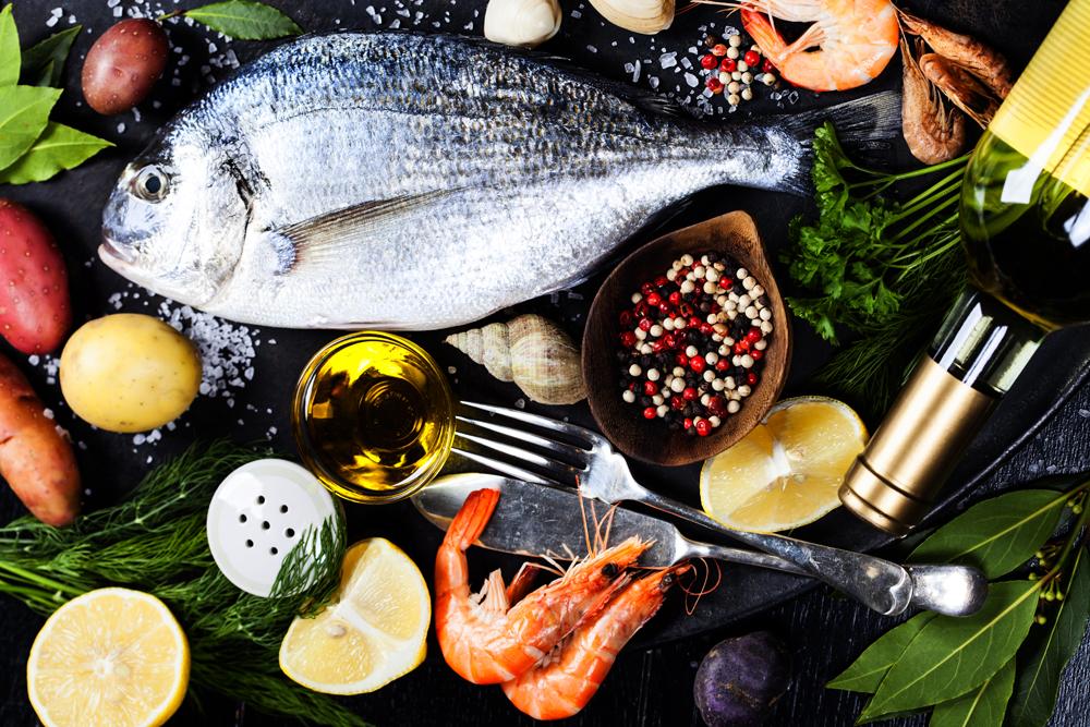 свежая рыба и много приправ на столе