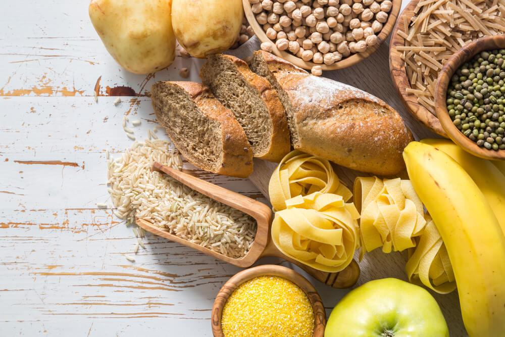 продукты с углеводами на деревянном столе