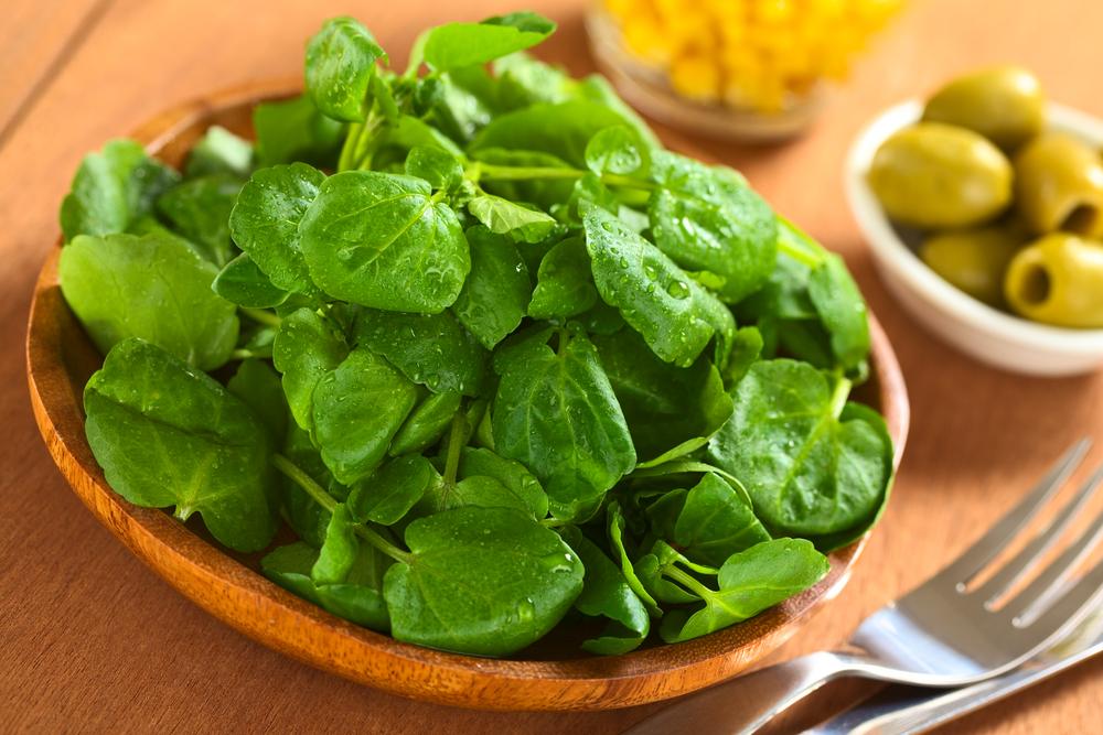 зелень в деревянной тарелке