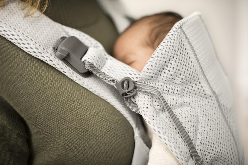 ребёнок спит в переноске-кенгуру