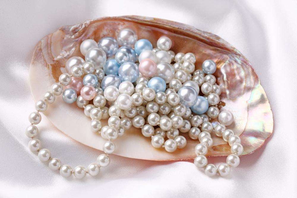 белый, голубой и розовый жемчуг в большой ракушке