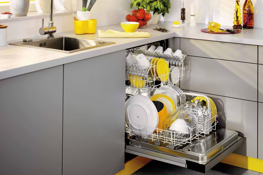 открыли посудомоечную машину встроенную в кухню