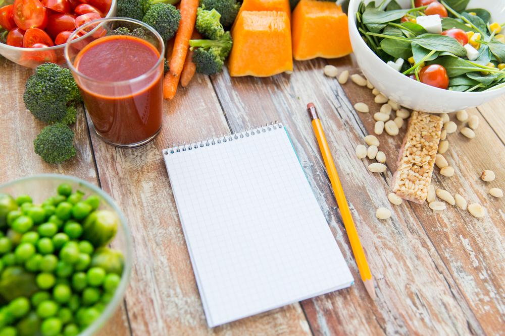 еда и чистый блокнот с карандашом