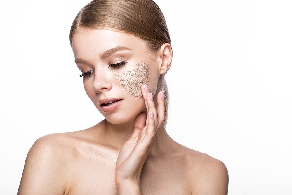очищение лица с помощью скраба на щеке