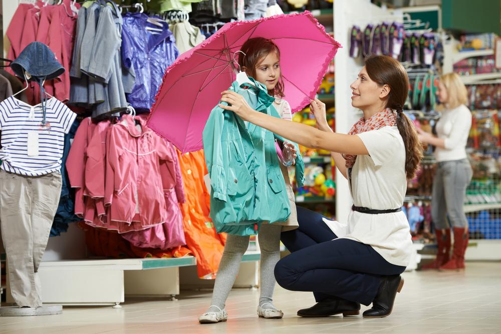 мама с дочерью в магазине детской одежды