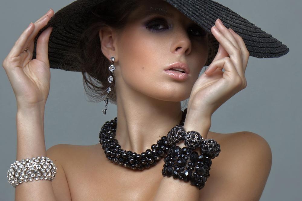 черная шляпа с широкими краями, черное ожерелье и браслет, серебрянный браслет и серьги