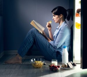 девушка читает диету Миримановой у открытого холодильника