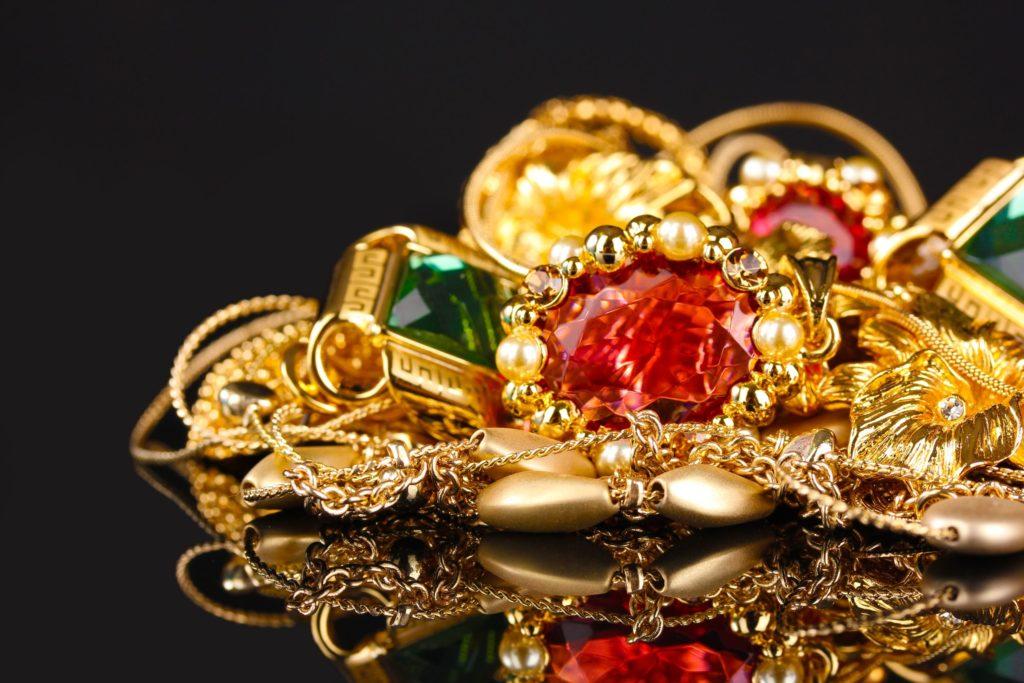 золото и украшения с красными и зелёными камнями