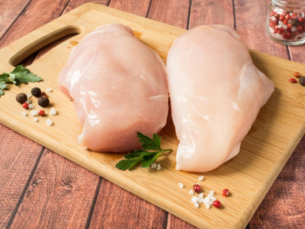 2 куска куриной грудки на доске