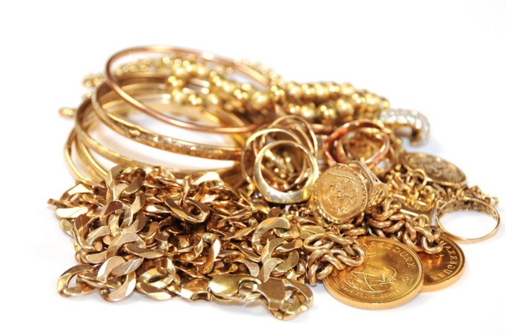 золото в виде серьги, монеты, кольца и цепь