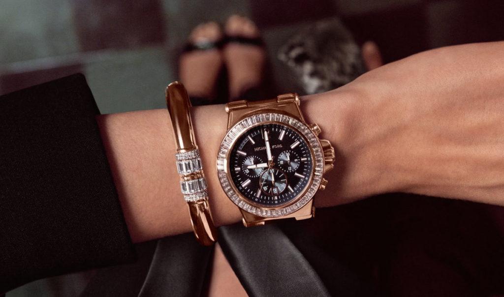 золотые круглые женские часы и браслет