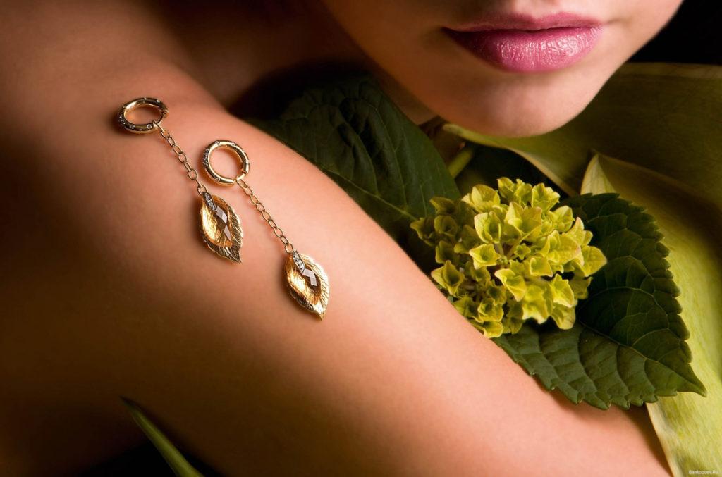 золотые серьги в форме листка