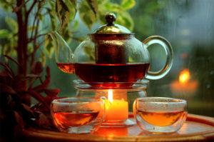 заварочный чайник на веранде и стеклянные чашки